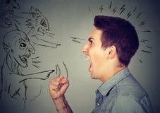 Młody gniewny facet i zli mężczyzna krzyczy przy each inny obrazy stock