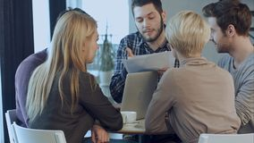 Młody gniewny mężczyzna dyskutuje badanie rynku z kolegami w spotkaniu fotografia royalty free