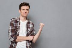 Młody gniewny mężczyzna pokazuje pięść zdjęcia royalty free
