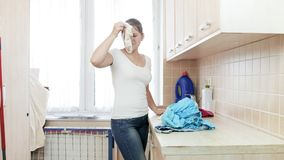 Młody gospodyni domowej mienie błocił zaśmierdłą skarpetę w pralnianym pokoju Obraz Stock