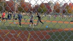 Młody graczów piłki nożnej trenować zbiory wideo