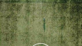 Młody gracz futbolu dribling z piłki nożnej piłką bramy zbiory wideo