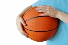 Młody gracz koszykówki chłopiec trzyma koszykówkę w jego rękach fotografia royalty free