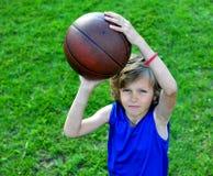 Młody gracz koszykówki przygotowywający robić strzałowi Obrazy Stock
