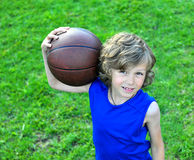 Młody gracz koszykówki trzyma piłkę Fotografia Royalty Free
