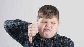 Młody gruby chłopiec seansu niechęci znak 50 fps zbiory wideo