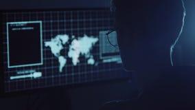 Młody hacker robi atakowi na dane banka i serwerów ` s koncie wciąż tajni numery karty kredytowej pracować w fantastyka naukowa zdjęcie wideo