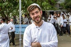 Młody Hasid przeciw tłu pielgrzymia ` s modlitwa Rosh Hashanah, Żydowski nowy rok 5778 fotografia royalty free