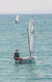 Młody helmsman żeglowania jacht w Pomorie Bułgaria fotografia stock