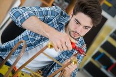 Młody hydraulik używa blowtorch dla lutować miedzianych dopasowania zdjęcia stock
