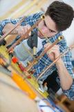 Młody hydraulik używa spawalniczą benzynową pochodnię na drymbach fotografia stock