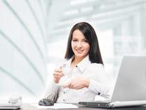 Młody i atrakcyjny bizneswoman pracuje w biurze obraz stock