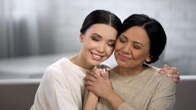 Młody i dorosły kobiet obejmować bliscy stosunki matka i córka, zdjęcia royalty free