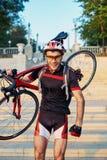 Młody i energiczny cyklista w parku zdjęcia royalty free