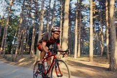 Młody i energiczny cyklista w parku obrazy stock