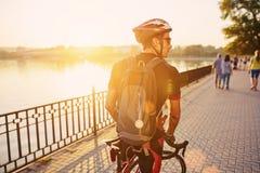 Młody i energiczny cyklista w parku zdjęcie stock