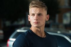Młody i mięśniowy Przystojna mężczyzna odzieży przypadkowa moda odziewa Mięśniowy moda model Sportowy zdrowy mężczyzna plenerowy fotografia stock