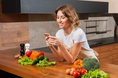 Młody i piękny gospodyni domowej kobiety kucharstwo w kuchni Obrazy Royalty Free