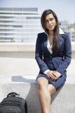 Młody Indiański bizneswoman siedzi outdoors z torbą zdjęcia stock