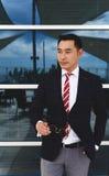 Młody inteligentny azjatykci biznesmen patrzeje na boku z poważną twarzą Zdjęcie Royalty Free
