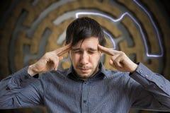Młody inteligentny mężczyzna jest myśleć trudne zadanie i rozwiązujący Obraz Royalty Free