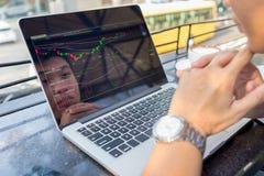 Młody inwestor ogląda zmianę rynek papierów wartościowych na laptopie obrazy royalty free