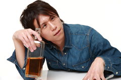 Młody Japoński mężczyzna pijący zbyt dużo fotografia royalty free