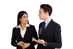 Młody Kaukaski biznesowy mężczyzna ma rozmowę z biznesem w Fotografia Royalty Free