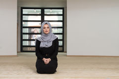 Młody Kaukaski kobiety modlenie Z głowy suknią fotografia royalty free