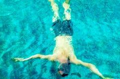 Młody Kaukaski mężczyzna pływać podwodny w pływackim basenie zdjęcia royalty free