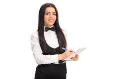 Młody kelnerki writing na notepad Obrazy Stock