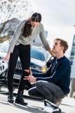 Młody kierowca używa bezpłodnego bandaż od jego pierwsza pomoc zestawu obrazy royalty free