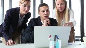 Młody kierownik i dwa bizneswoman z laptopem, wysokością i dopingiem, zbiory