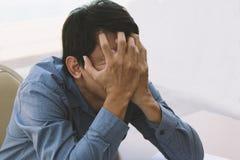 Młody kierownika odczucia stres i stawia jego 2 ręki na jego stawia czoło fotografia royalty free
