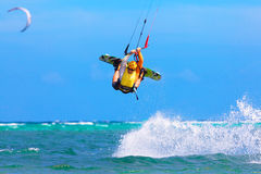 Młody kitesurfer na dennego tła Krańcowym sporcie Kitesurfing Obraz Stock