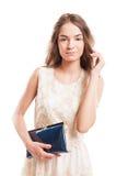 Młody kobieta model dotyka jej naturalny długie włosy Zdjęcie Stock