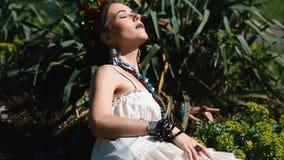 Młody kobieta model w meksykanina smokingowy pozować plenerowy zbiory wideo