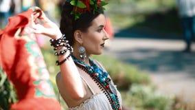 Młody kobieta model w meksykanina smokingowy pozować plenerowy zdjęcie wideo
