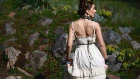 Młody kobieta model w meksykanina smokingowy pozować plenerowy zbiory