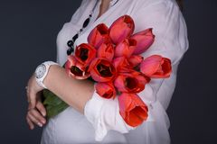 Młody kobieta w ciąży w oczekiwaniu na dziecko pracowniane fotografie na tle Pojęcie szczęśliwy macierzyństwo zdjęcia royalty free