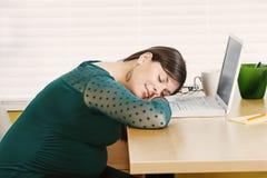 Młody kobieta w ciąży odpoczywa przy jej biurkiem Obrazy Stock