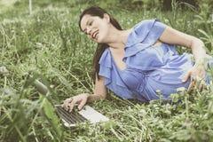 Młody kobieta w ciąży pracuje na laptopie Obrazy Stock