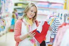 Młody kobieta w ciąży przy odzieżowym sklepem obraz stock