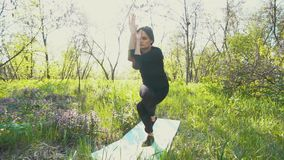 Młody kobieta w ciąży robi joga outside zbiory