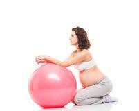 Młody kobieta w ciąży szkolenie z sprawności fizycznej piłką Fotografia Stock
