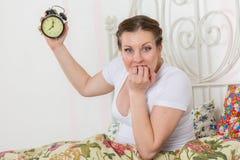 Młody kobieta w ciąży z budzikiem. fotografia stock