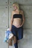 Młody kobieta w ciąży z jej nienarodzonym dzieckiem Obrazy Royalty Free