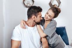 Młody kochający para uścisk w łóżku zdjęcia stock