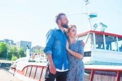Młody kochający pary odprowadzenie wzdłuż mola Miłości i powiązań pojęcie obrazy royalty free