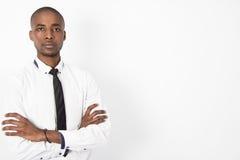 Młody Korporacyjny Biznesowy mężczyzna składa jego ręki Fotografia Stock